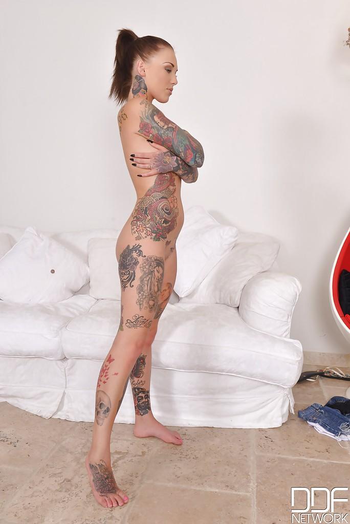 Голая татуированная баба фото, выебал при встрече