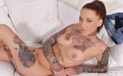Голая татуированная девушка 11 фото
