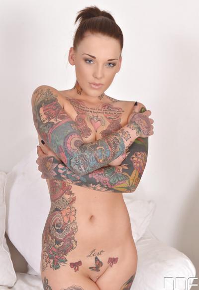 Голая татуированная девушка 15 фото