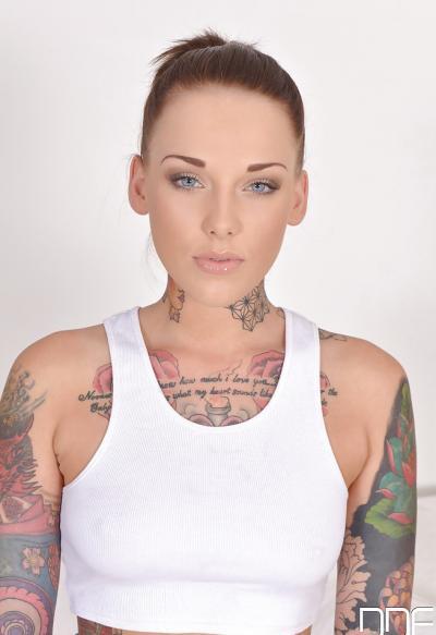 Голая татуированная девушка 2 фото