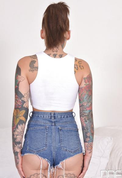 Голая татуированная девушка 3 фото
