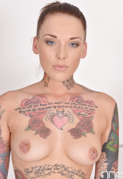 Голая татуированная девушка 4 фото