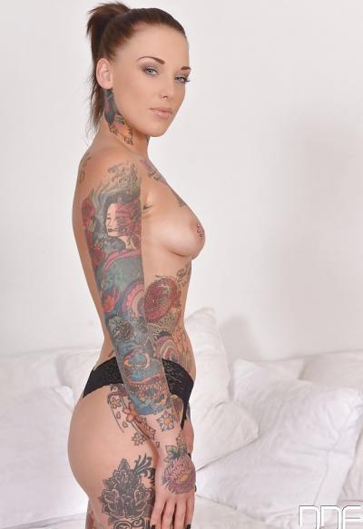 Голая татуированная девушка 5 фото