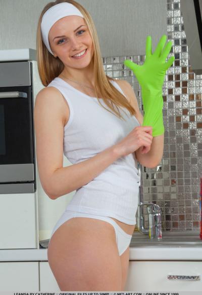 Голубоглазая молодая блондинка на кухне 1 фото