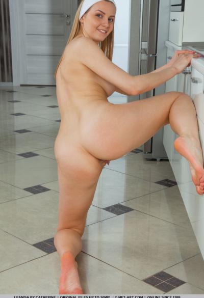 Голубоглазая молодая блондинка на кухне 17 фото