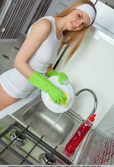 Голубоглазая молодая блондинка на кухне 2 фото