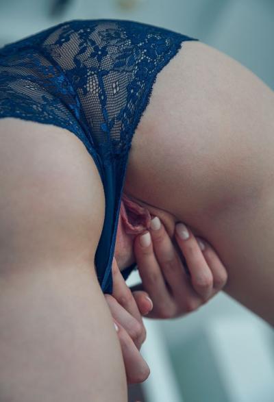 Голубоглазая девушка мастурбирует киску 14 фото