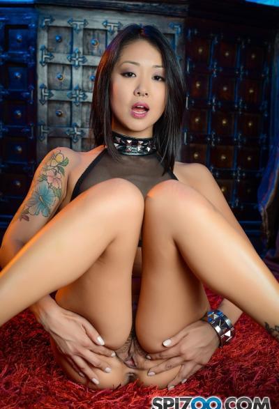 Азиатка с волосатой киской сосёт член 10 фото