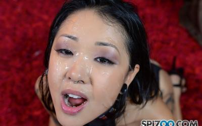 Азиатка с волосатой киской сосёт член 15 фото