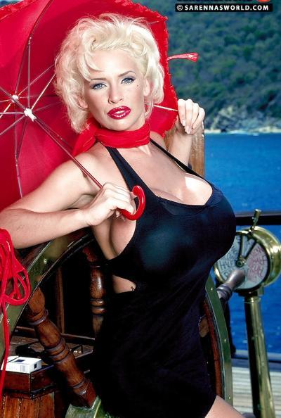 Светловолосая порнозвезда SaRenna Lee показала огромные дойки 3 фото