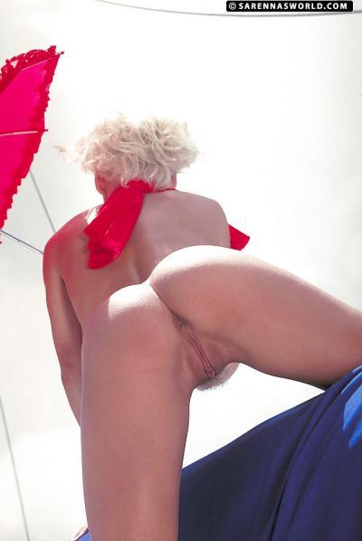 Светловолосая порнозвезда SaRenna Lee показала огромные дойки 7 фото