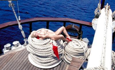 Светловолосая порнозвезда SaRenna Lee показала огромные дойки 8 фото