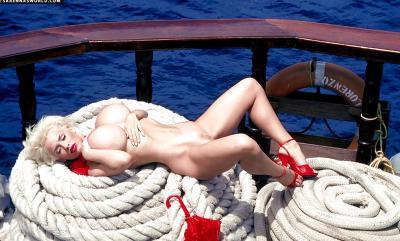 Светловолосая порнозвезда SaRenna Lee показала огромные дойки 9 фото