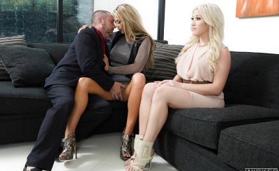 Анальный секс втроем с двумя грудастыми блондинками 1 фото