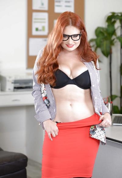 Рыжая пышная секретарша 4 фото