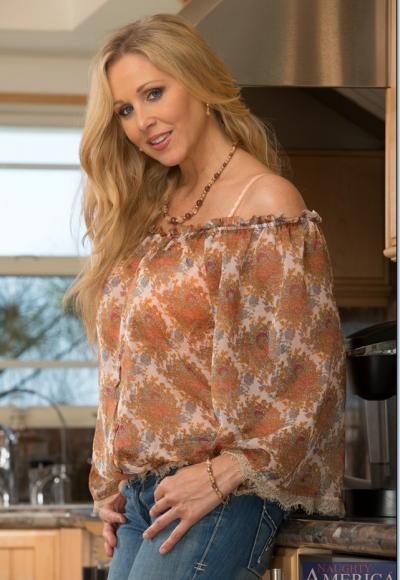 Зрелая блондинка с большими дойками мастурбирует на кухне 1 фото