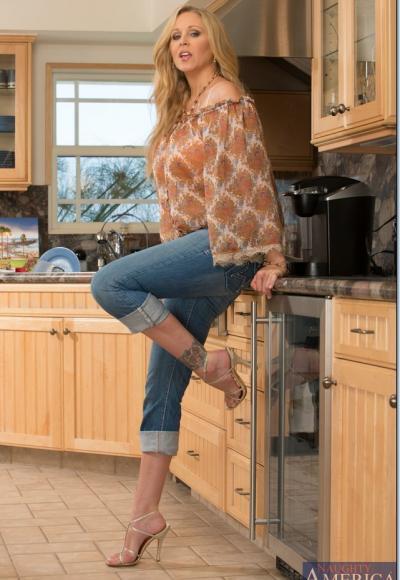 Зрелая блондинка с большими дойками мастурбирует на кухне 2 фото