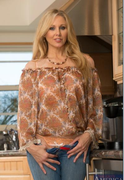 Зрелая блондинка с большими дойками мастурбирует на кухне 3 фото