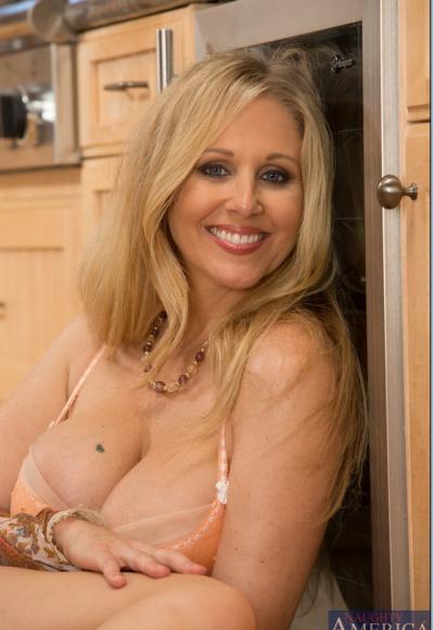 Зрелая блондинка с большими дойками мастурбирует на кухне 8 фото