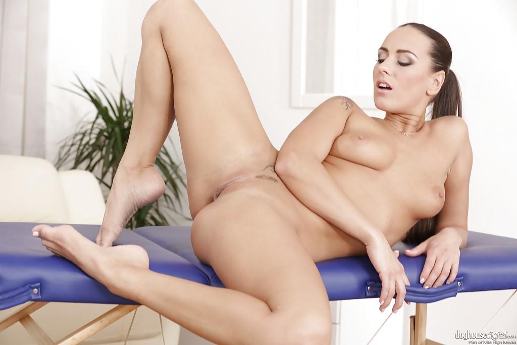 Сексапильная брюнетка раздвигает ноги