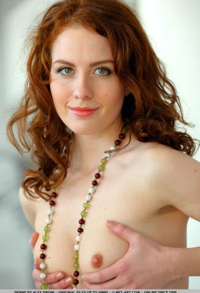 Рыжая девушка показала волосатую щелку 10 фото