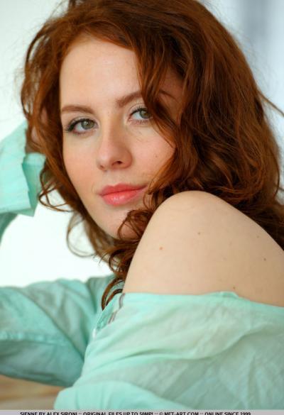 Рыжая девушка показала волосатую щелку 15 фото