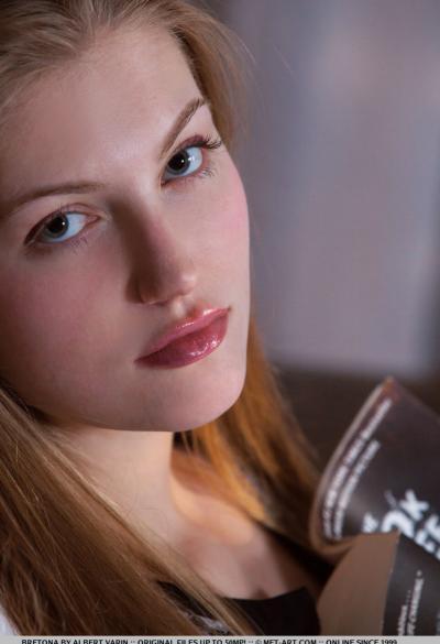 Молодая девушка показывает щелку крупным планом 14 фото
