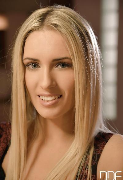 Красивая блондинка показала влажную киску крупно 1 фото