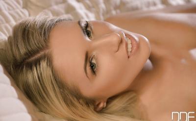 Красивая блондинка показала влажную киску крупно 9 фото