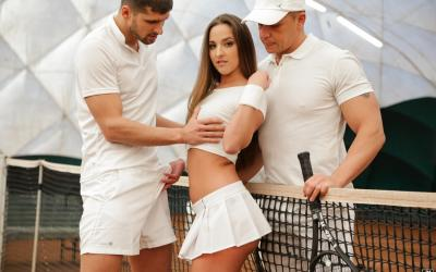 Девушка отдалась двум парням после тренировки 3 фото