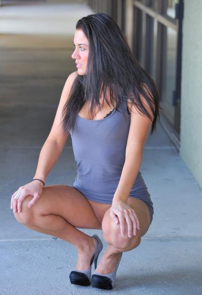 Стройная брюнетка задирает платье в общественных местах 16 фото