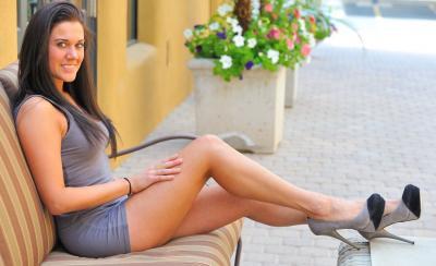 Стройная брюнетка задирает платье в общественных местах 3 фото