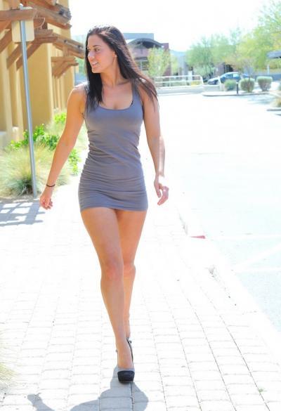Стройная брюнетка задирает платье в общественных местах 6 фото