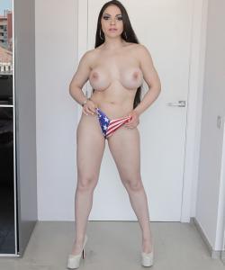 Очень сексуальная брюнетка с силиконовыми сиськами