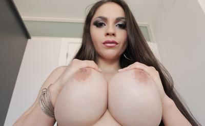 Очень сексуальная брюнетка с силиконовыми сиськами 10 фото