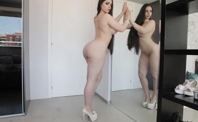 Очень сексуальная брюнетка с силиконовыми сиськами 11 фото