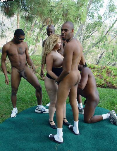 Четверо негров трахают пышную блондинку 3 фото
