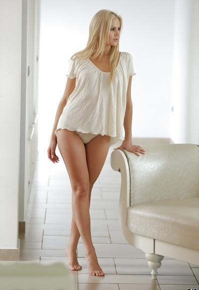 Длинноногая блондинка показала сисю 10 фото