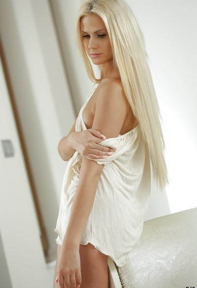 Длинноногая блондинка показала сисю 11 фото