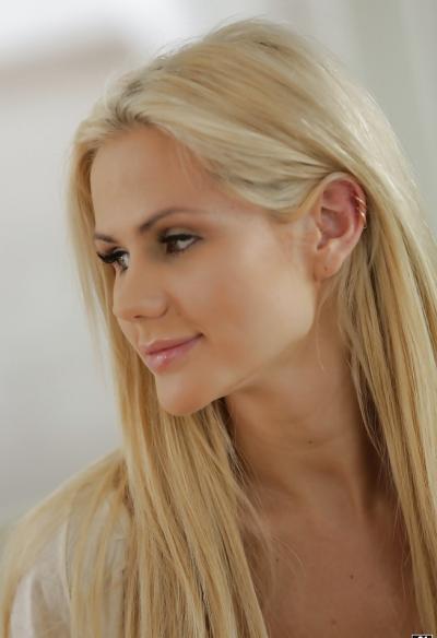 Длинноногая блондинка показала сисю 3 фото