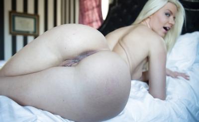 Блондинка с шикарной попкой 13 фото