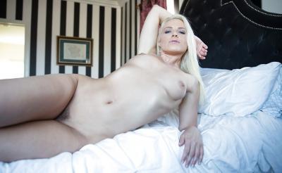 Блондинка с шикарной попкой 14 фото