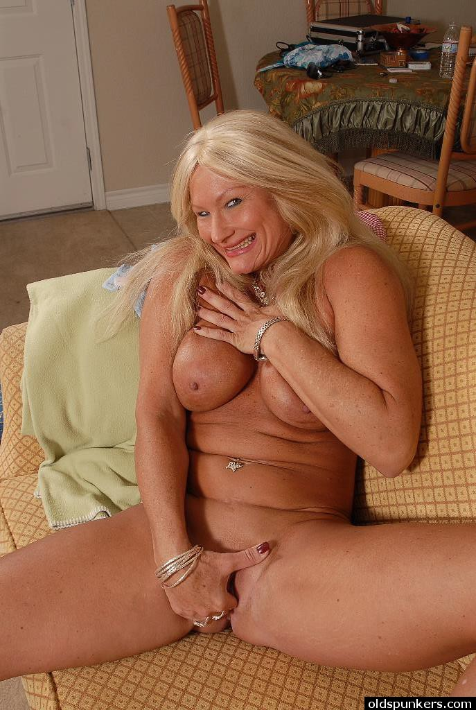 Бабуля дрочит на диване