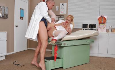 Доктор прописал медсестре горячий секс и сперму на сиськи 10 фото