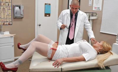 Доктор прописал медсестре горячий секс и сперму на сиськи 4 фото