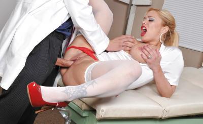 Доктор прописал медсестре горячий секс и сперму на сиськи 7 фото
