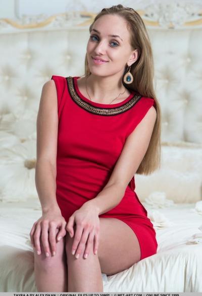 Блондинка порадовала киской крупным планом 3 фото