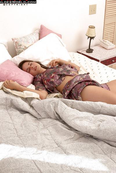 Спящей девушке снятся эротические сны 1 фото