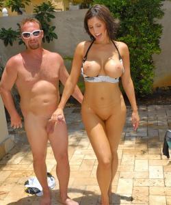 Жена с большими дойками и сочной жопой трахается в бассейне