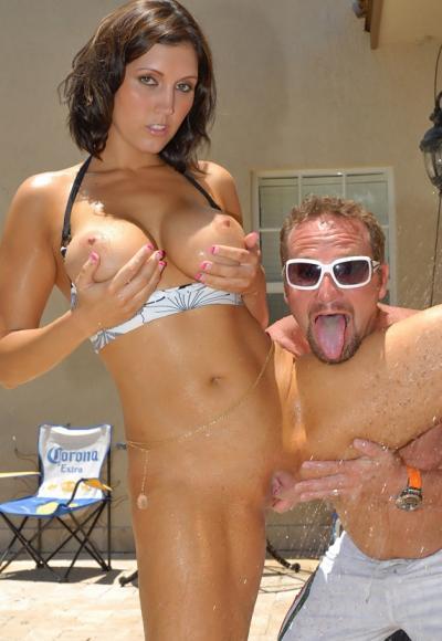 Жена с большими дойками и сочной жопой трахается в бассейне 7 фото